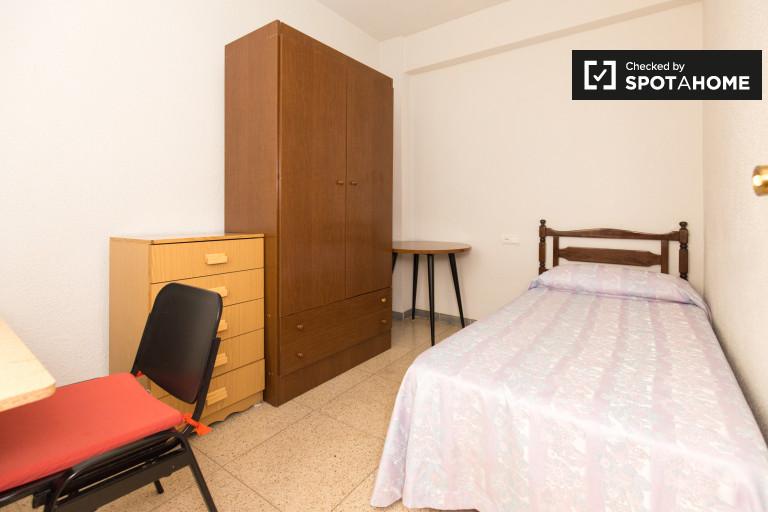 Single Bed in Rooms to rent in spacious 3-bedroom apartment in Ronda, Granada