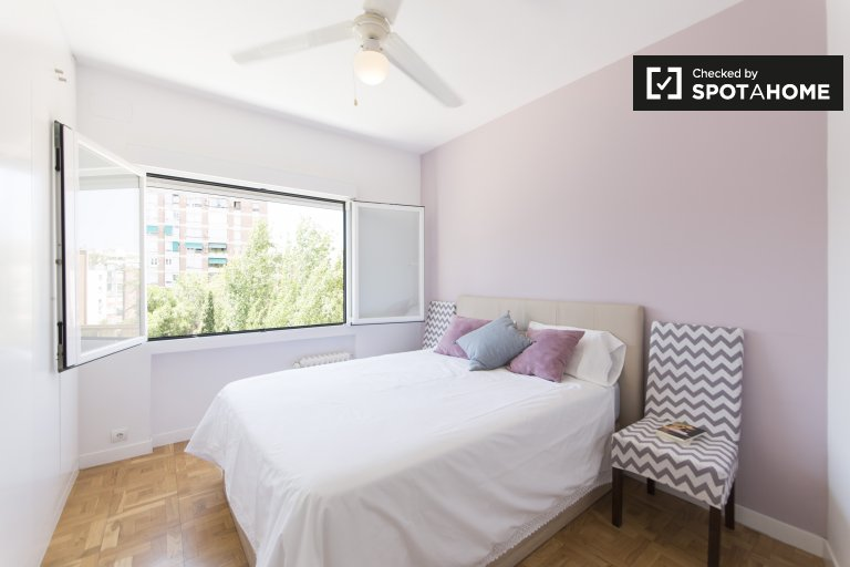 Room for rent in 4-bedroom apartment in Hispanoamérica