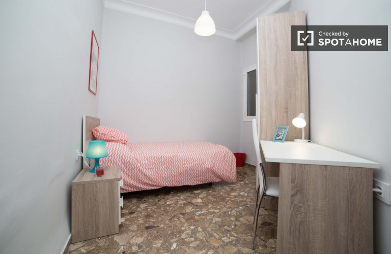 Single Bed in Rooms for rent in newly renovated 5-bedroom apartment in trendy Ruzafa