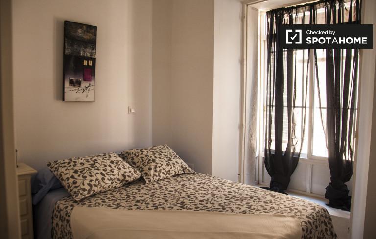 Sunny room in 2-bedroom apartment in Casco Antiguo, Seville