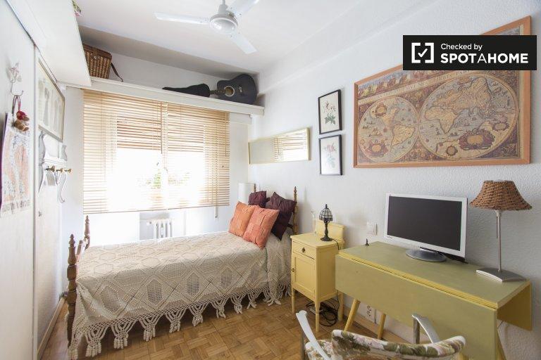 Spacious room in 2-bedroom apartment in Salamanca, Madrid