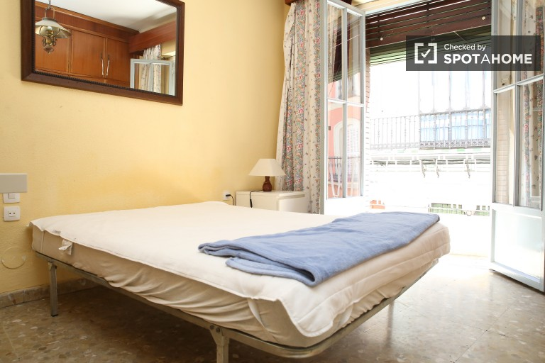 Double Bed in Beautiful and spacious rooms in a shared apartment near Plaza de la Alameda
