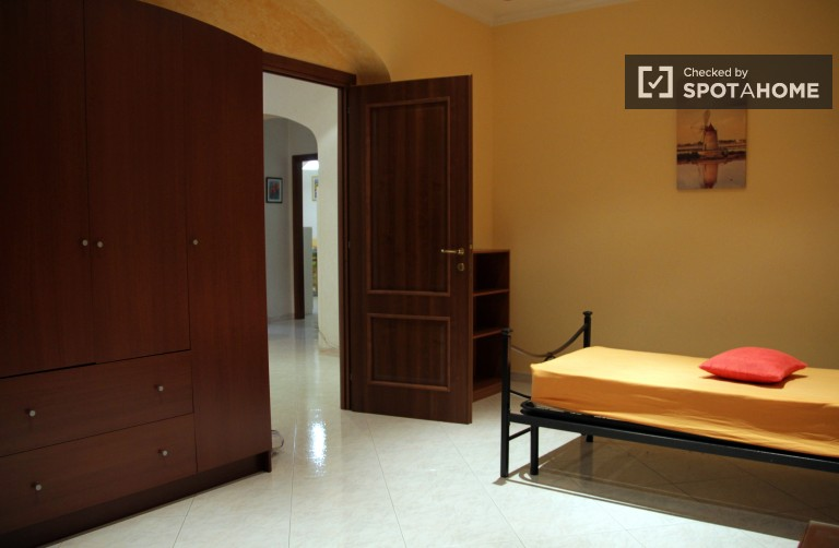 Single Bed in Well furnished bedrooms and suites for rent next to the University of Rome Tor Vergata