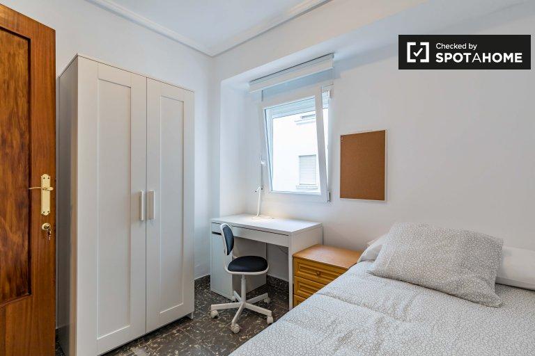 Chambre lumineuse à louer dans un appartement de 3 chambres à La Saïdia