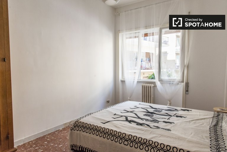 Quarto luminoso em apartamento de 3 quartos em Aurelio, Roma