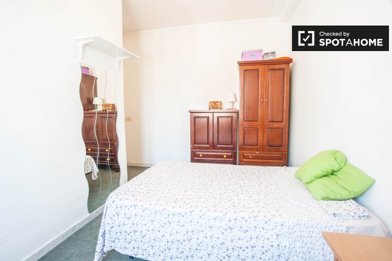 Double Bed in Rooms for rent in furnished 5-bedroom apartment in Tiburtino