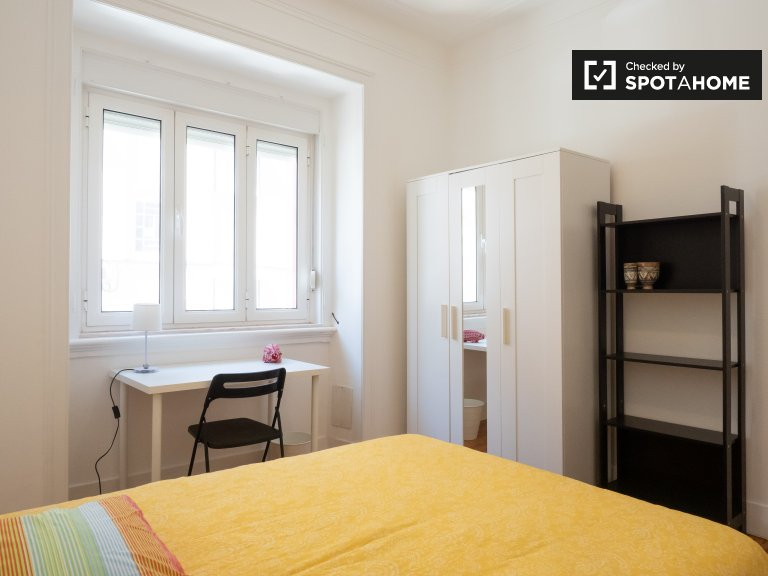 Charming room to rent in 3-bed apartment in Arroios, Lisbon