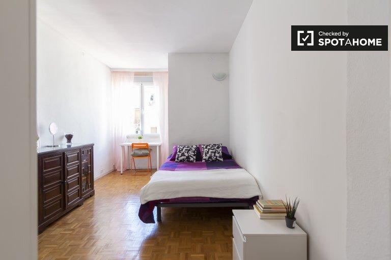 Se alquila habitación dinámica en piso de 9 habitaciones en Moncloa