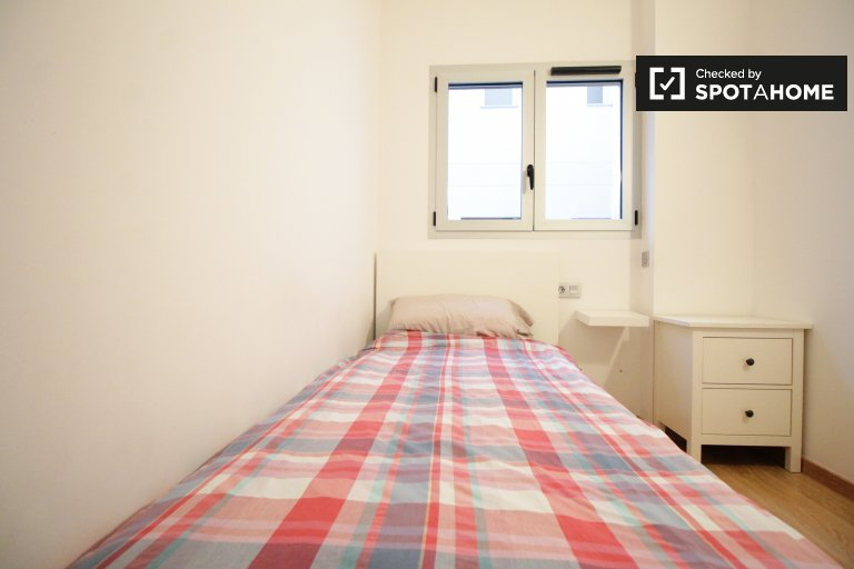Acogedora habitación en un apartamento de 3 dormitorios en Collblanc