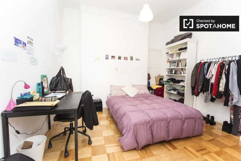 Rooms for rent in 8-bedroom apartment in Arroios, Lisbon