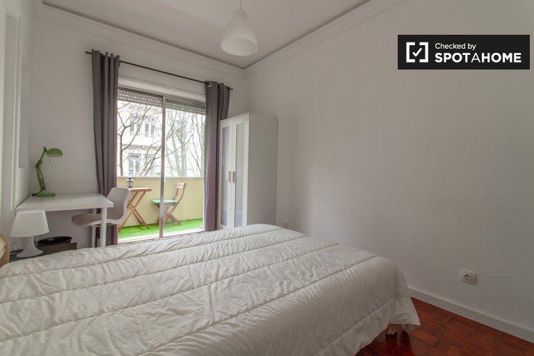 Quarto ensolarado em apartamento com 9 quartos nas Avenidas Novas, Lisboa