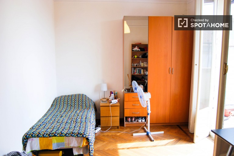 Single Bed in 2 rooms for rent with plenty storage in a shared apartment near Milano Centrale