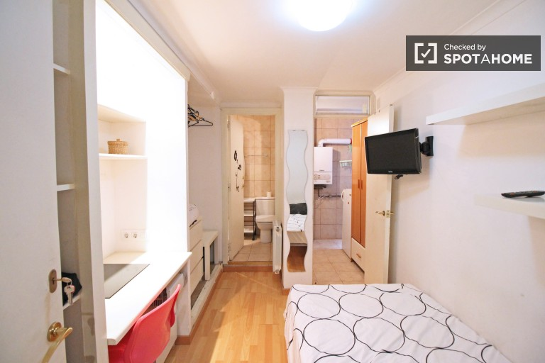 Bedroom with single bed and en-suite bathroom for rent in 5 bedroom apartment.