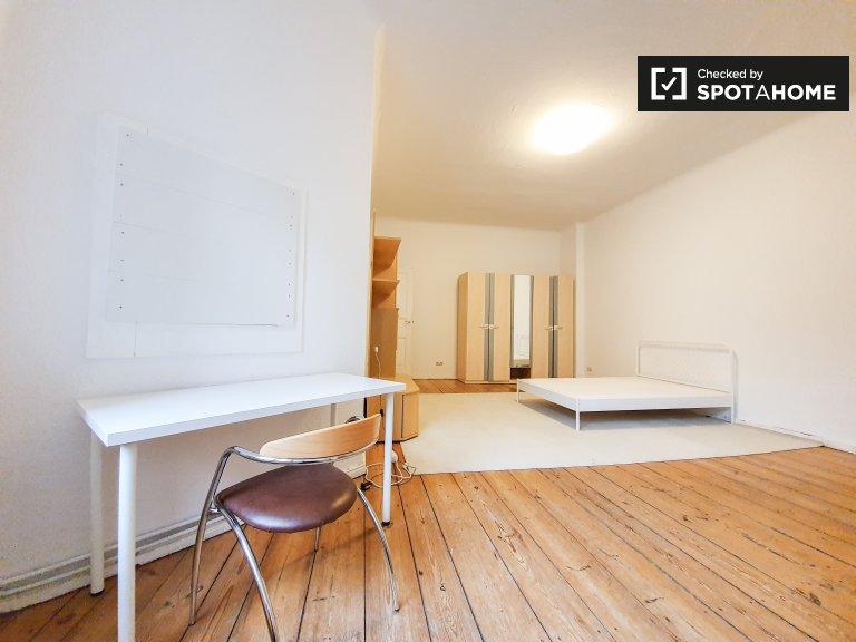 Pokój do wynajęcia w apartamencie z 3 sypialniami w Tempelhof