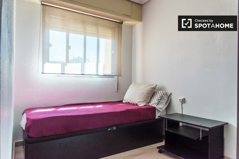 Room for rent in 3-bedroom apartment in Patraix, Valencia