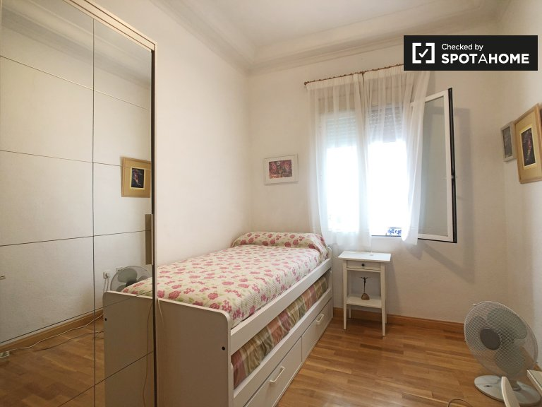 Room for rent in a 4 bedroom apartment in Delicias, Madrid