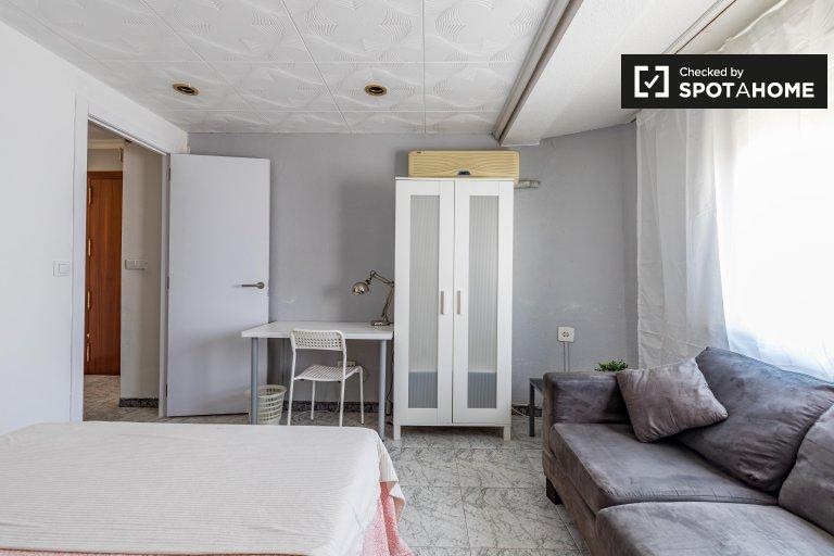 Przestronny pokój do wynajęcia w 5-pokojowym mieszkaniu w Benimaclet