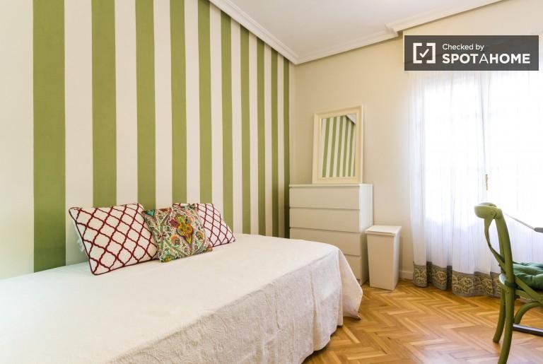 Chambre équipée dans un appartement de 6 chambres à Argüelles, Madrid