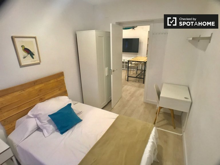 Spacious room for rent in 4-bedroom apartment in Tetuán