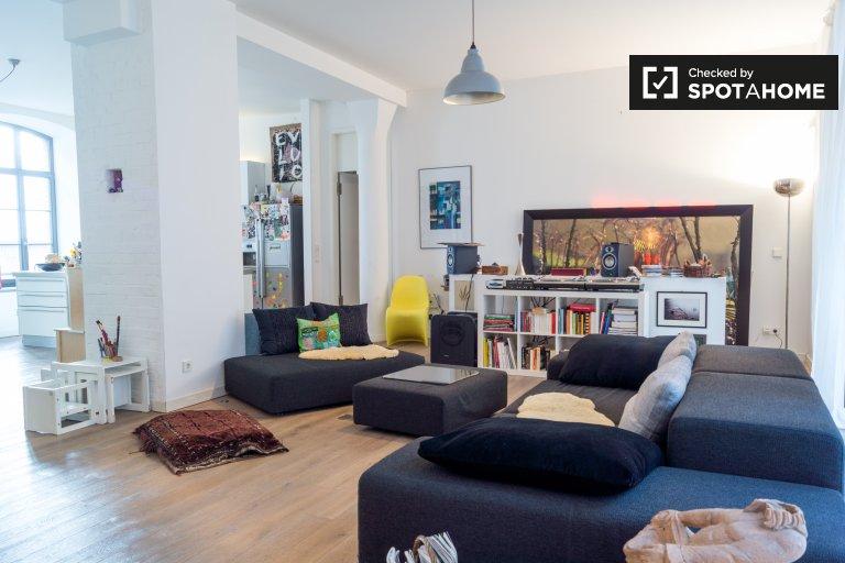 Kreuzberg, Berlin'de kiralık geniş 2 yatak odalı daire