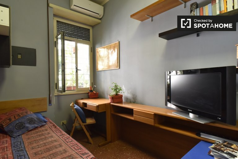 Single Bed in Rooms for rent in charming apartment with balcony in Prati area