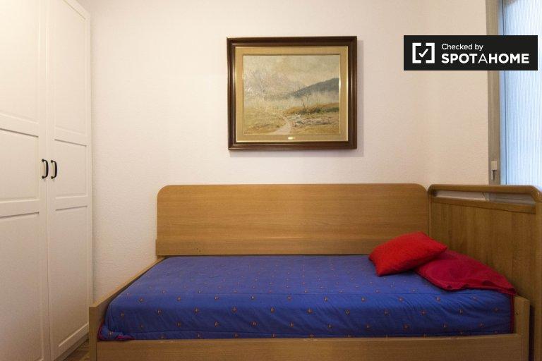 Przytulny pokój do wynajęcia w 3-pokojowym mieszkaniu w Retiro, Madryt