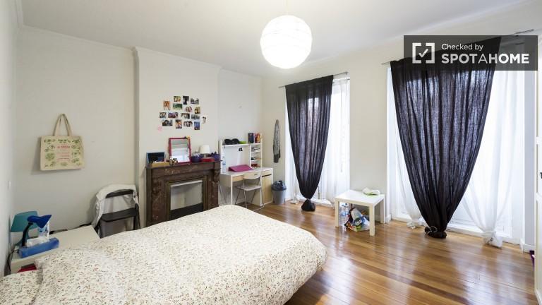 Double bedroom with interior balconies, en-suite shower, and fireplace