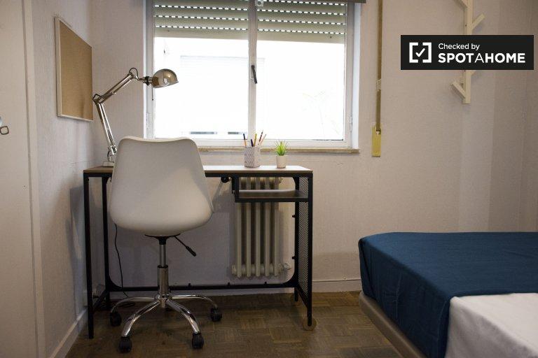 Chambre meublée à louer dans un appartement de 6 chambres à Argüelles