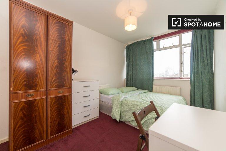 Habitación luminosa en piso compartido de 5 dormitorios en Tower Hamlets, Londres