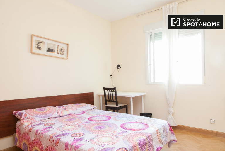 Furnished room in 6-bedroom apartment in Imperial, Madrid