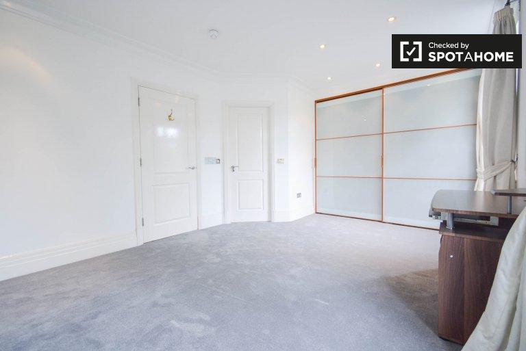 Jasny pokój do wynajęcia w mieszkaniu z 6 sypialniami w Richmond w Londynie