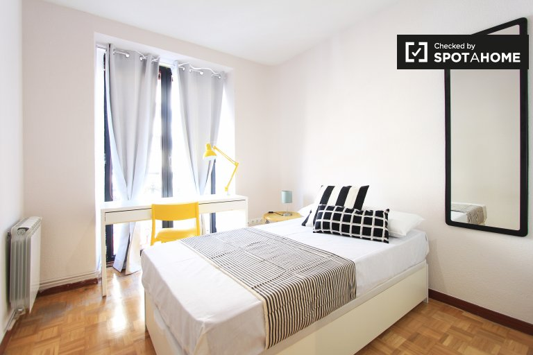 Single Bed in Rooms for rent in a stylish 12-bedroom apartment with balconies in Goya