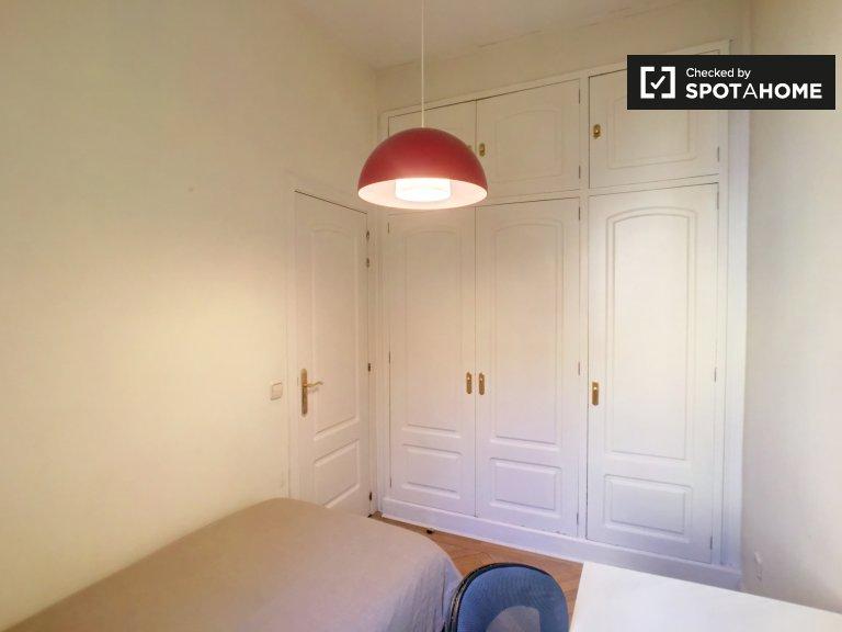 Se alquilan habitaciones en apartamento de 7 dormitorios, Argüelles, Madrid