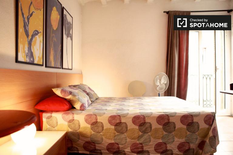Spacious room in shared apartment in Barri Gòtic, Barcelona