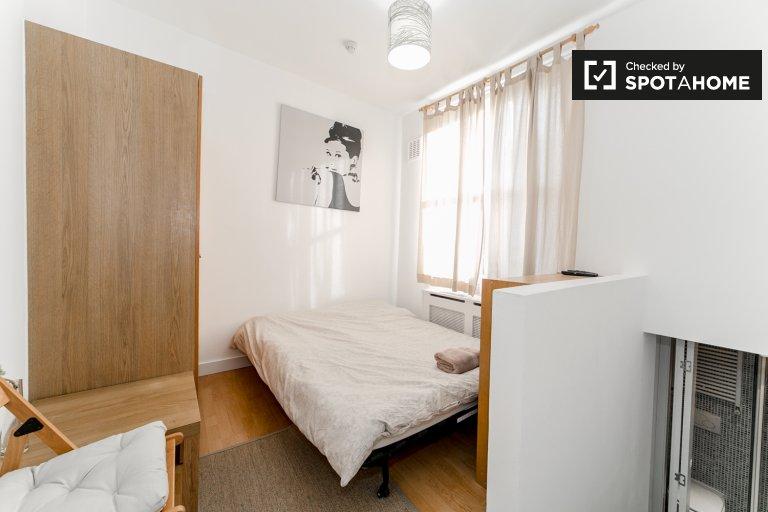 Cosy studio apartment to rent in West Kensington, Travelcard Zone 2