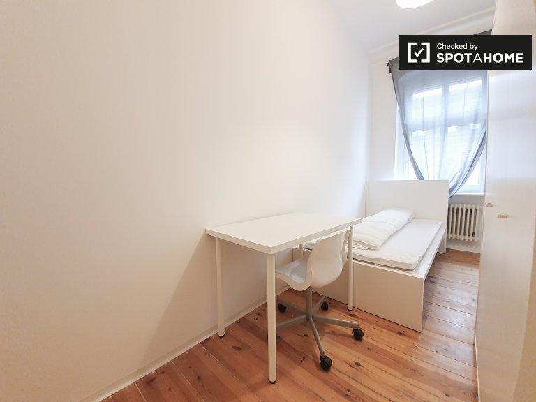 Pokój do wynajęcia w apartamencie z 4 sypialniami w Kreuzberg