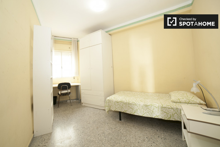 Single Bed in Rooms for rent in spacious 3-bedroom apartment in Nervión