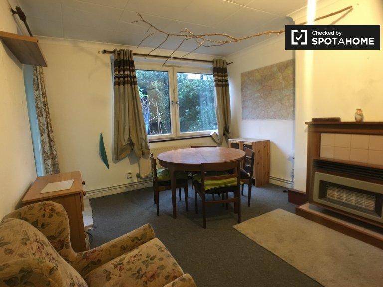 Przestronny pokój w czteropokojowym mieszkaniu w Lewisham w Londynie