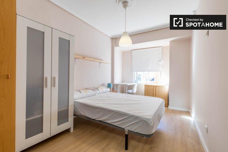 Spacious room in 4-bedroom apartment in Quatre Carreres