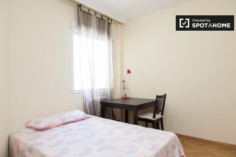 Huge room in 6-bedroom apartment in Imperial, Madrid