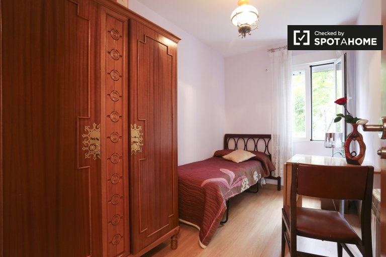 Cosy room in 2-bedroom apartment in Quintana, Madrid