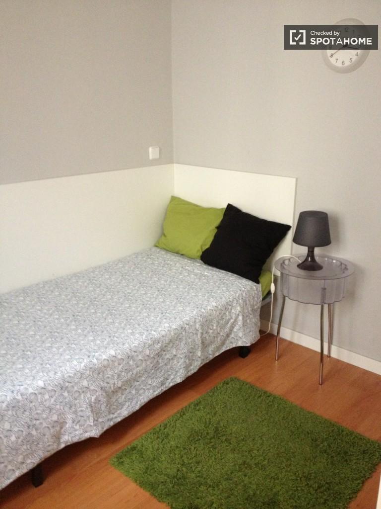 Moncloa, Madrid'de paylaşılan apartmanda döşenmiş oda