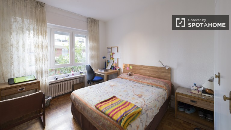 Quarto vibrante no apartamento em Ciudad Universitaria, Madrid