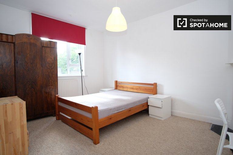 Double Bed in Furnished rooms to rent in a 3-bedroom house with backyard in Tooting