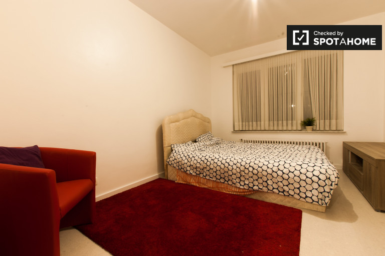Equipped room in 4-bedroom apartment in Jette, Brussels