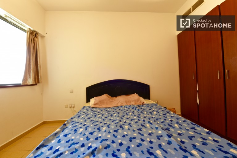 Single Bed in Rooms for rent in an 9-bedroom apartment in Dubai Marina with swimming pool