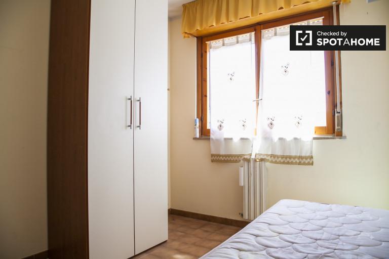 Gran habitación compartida en un apartamento de 4 dormitorios en Magliana, Roma
