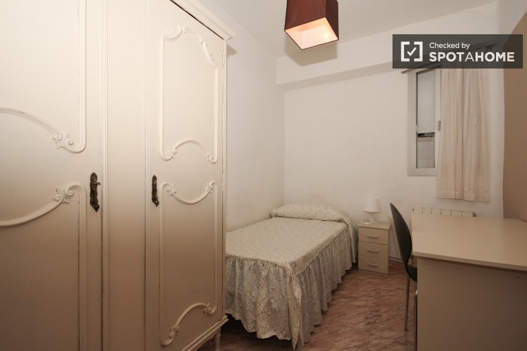 Single Bed in 4 rooms for rent in spacious apartment in Granada city center