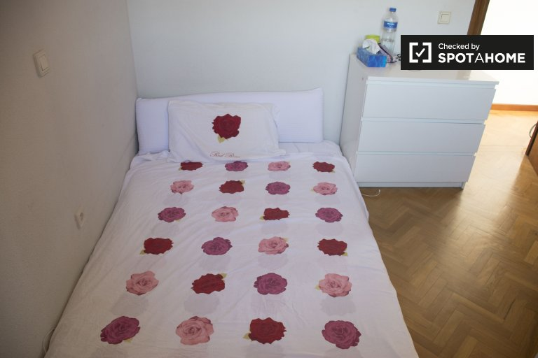 Tidy room for rent in 2-bedroom apartment in Delicias