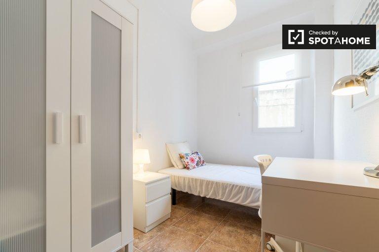 Chambre confortable à louer dans un appartement de 4 chambres à Ciutat Vella